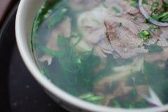 碗牛肉pho关闭神色 越南传统米线汤用牛肉 库存照片