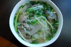 碗牛肉pho关闭神色 越南传统米线汤用牛肉 库存图片