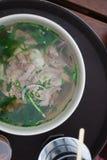 碗牛肉pho关闭神色 越南传统米线汤用牛肉 免版税库存照片