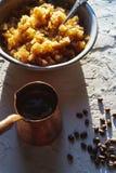 碗用一个冷的咖啡点心和在桌上的一只咖啡壶是侧视图 西西里人的花岗岩 免版税库存照片