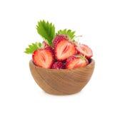 碗用在空白背景查出的草莓 免版税库存照片