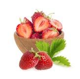 碗用在空白背景查出的草莓 免版税库存图片