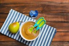 碗用在背景的婴儿食品 库存照片