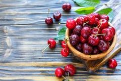 碗用成熟红色甜樱桃 免版税库存图片