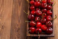 碗用新鲜的红色樱桃 库存照片