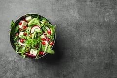 碗用新鲜的鲜美沙拉 库存照片