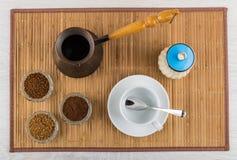 碗用立即和碾碎的咖啡, turka,糖罐,杯子 免版税库存照片
