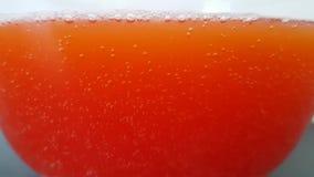 碗用色的水 泡影上升到表面 在溶化浴炸弹以后的明亮的色的水在它 股票视频