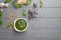 碗用蓬蒿pesto调味汁 图库摄影