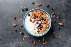碗用酸奶、莓果和格兰诺拉麦片 库存照片