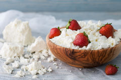 碗用酸奶干酪和草莓 免版税库存图片