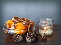 碗用香料和果子和一个蜡烛 免版税库存图片