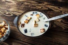 碗白色汤用油煎方型小面包片 库存照片