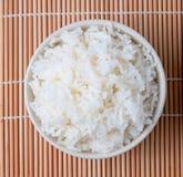 碗白色蒸在竹席子的米 免版税库存图片