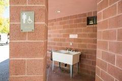 洗碗盘行为区域的水槽 免版税库存照片