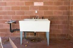 洗碗盘行为区域的水槽 库存图片