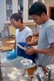 洗碗盘行为夫妇 库存图片