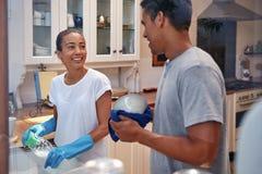 洗碗盘行为夫妇 免版税库存图片