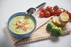 碗硬花甘蓝奶油汤,与橄榄油,素食汤的油煎方型小面包片 免版税库存照片