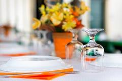 碗筷在餐馆-颠倒玻璃 图库摄影