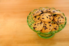 碗筹码玻璃巧克力的曲奇饼 图库摄影