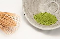 碗绿色macha粉末扫 免版税库存照片