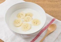 碗自创酸奶用成熟香蕉 免版税库存图片
