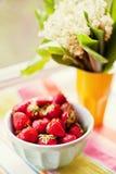 碗草莓 免版税库存照片
