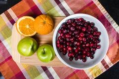 碗蔓越桔用苹果和桔子 免版税库存照片