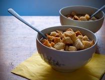 碗蔬菜汤用油煎方型小面包片 库存图片