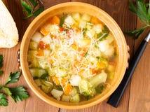 碗蔬菜通心粉汤汤用在土气木背景,顶视图的多士 免版税库存图片