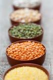碗谷粒 在红色小扁豆的选择聚焦 免版税图库摄影