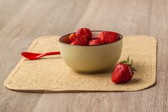 碗陶瓷草莓 免版税图库摄影