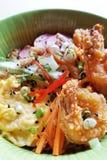 碗面条服务用大虾、鸡蛋和菜 免版税库存图片