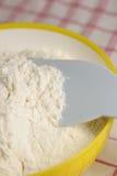 碗面粉黄色 免版税库存图片