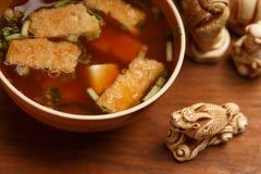碗鲜美传统日本大酱汤用油煎的豆腐饼 免版税库存照片
