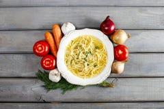 碗鸡汤用面条 图库摄影