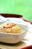 碗鸡蛋油煎了蘑菇大虾米混乱 免版税库存照片