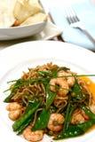 碗鸡蛋油煎了蘑菇大虾米混乱 库存照片