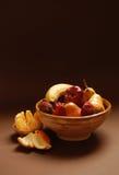 碗黏土果子 免版税库存照片