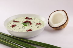 碗绿色冷颤和椰子酸辣调味品, 免版税库存图片
