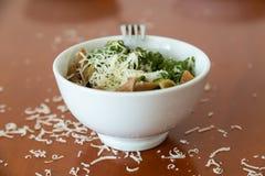 碗penne面团用菠菜和乳酪 库存图片