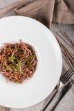 碗soba面条用牛肉和菜 亚洲食物 顶视图 库存图片