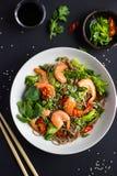 碗soba面条用牛肉和菜 亚洲食物 图库摄影