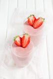 轻碰、圆滑的人、鸡尾酒用酸奶和草莓 库存照片