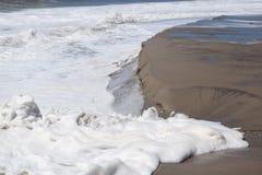 碰撞与海泡沫的波浪 免版税库存图片