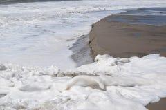 碰撞与海泡沫的波浪 免版税图库摄影