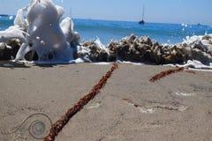 碰撞与海泡沫的波浪 免版税库存照片
