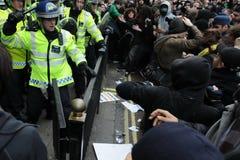 碰撞伦敦警察抗议者暴乱 免版税库存图片