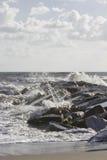 碰撞入在小游艇船坞二马萨的岩石的波浪, 免版税库存图片